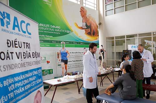 Các bác sĩ và chuyên viên của ACC thực hiện khám và tư vấn cho các tình nguyện viên hiến máu
