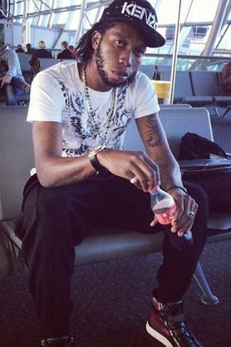 Dieumerci Mbokani với vẻ mặt thất thần tại sân bay