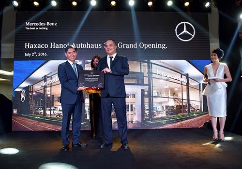 Ông Choi Duk Jun (trái), Giám đốc điều hành xe du lịch Mercedes-Benz Việt Nam, trao bằng chứng nhận cho Haxaco Hà Nội