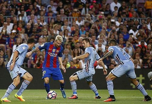 Messi là mục tiêu để các hậu vệ Sampdoria chăm sóc
