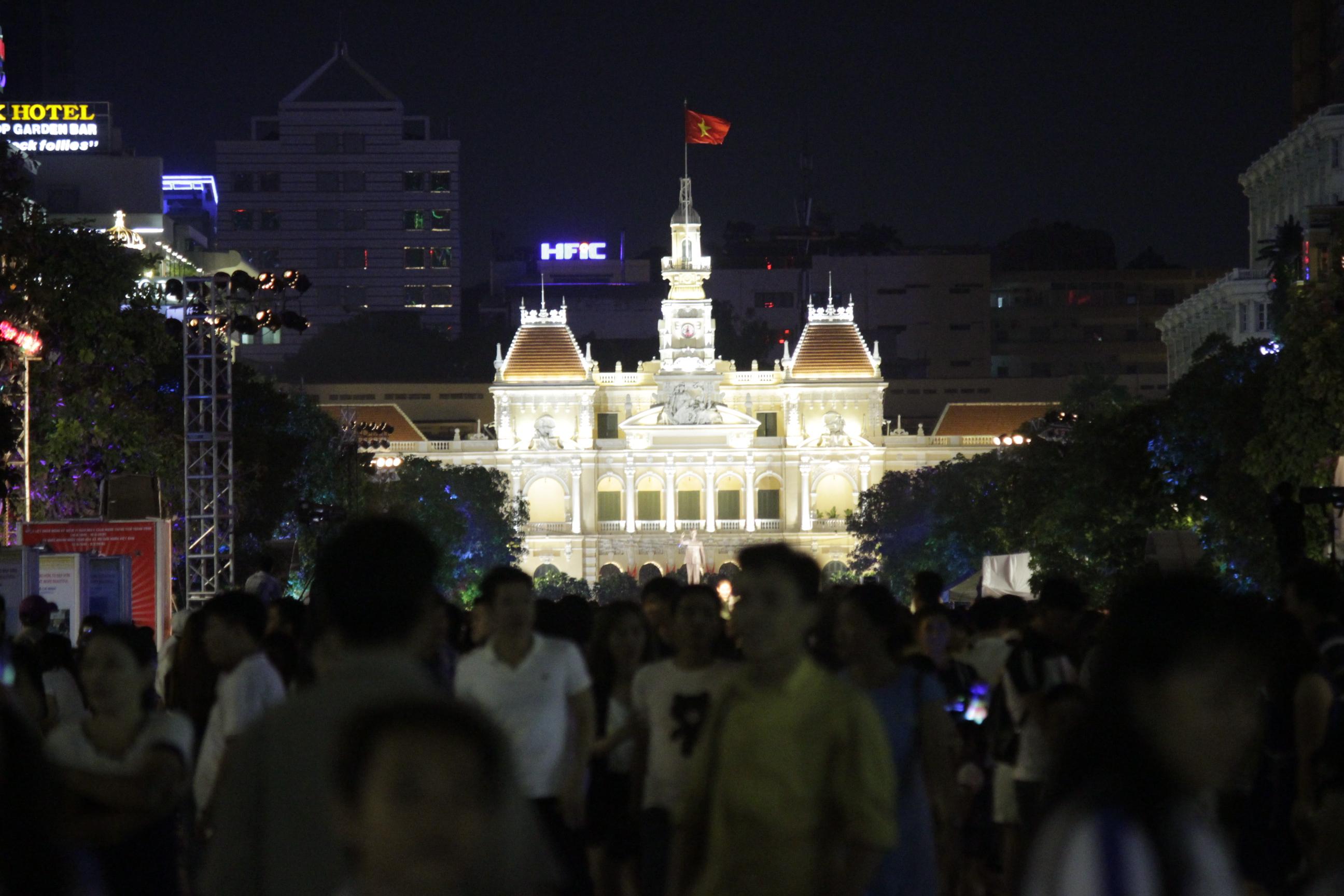 Chiều tối ngày 2-9, đông đảo người dân tập trung tại trung tâm thành phố để tham gia các hoạt động hưởng ứng lễ Quốc Khánh, chwof xem màn bắn pháo hoa.
