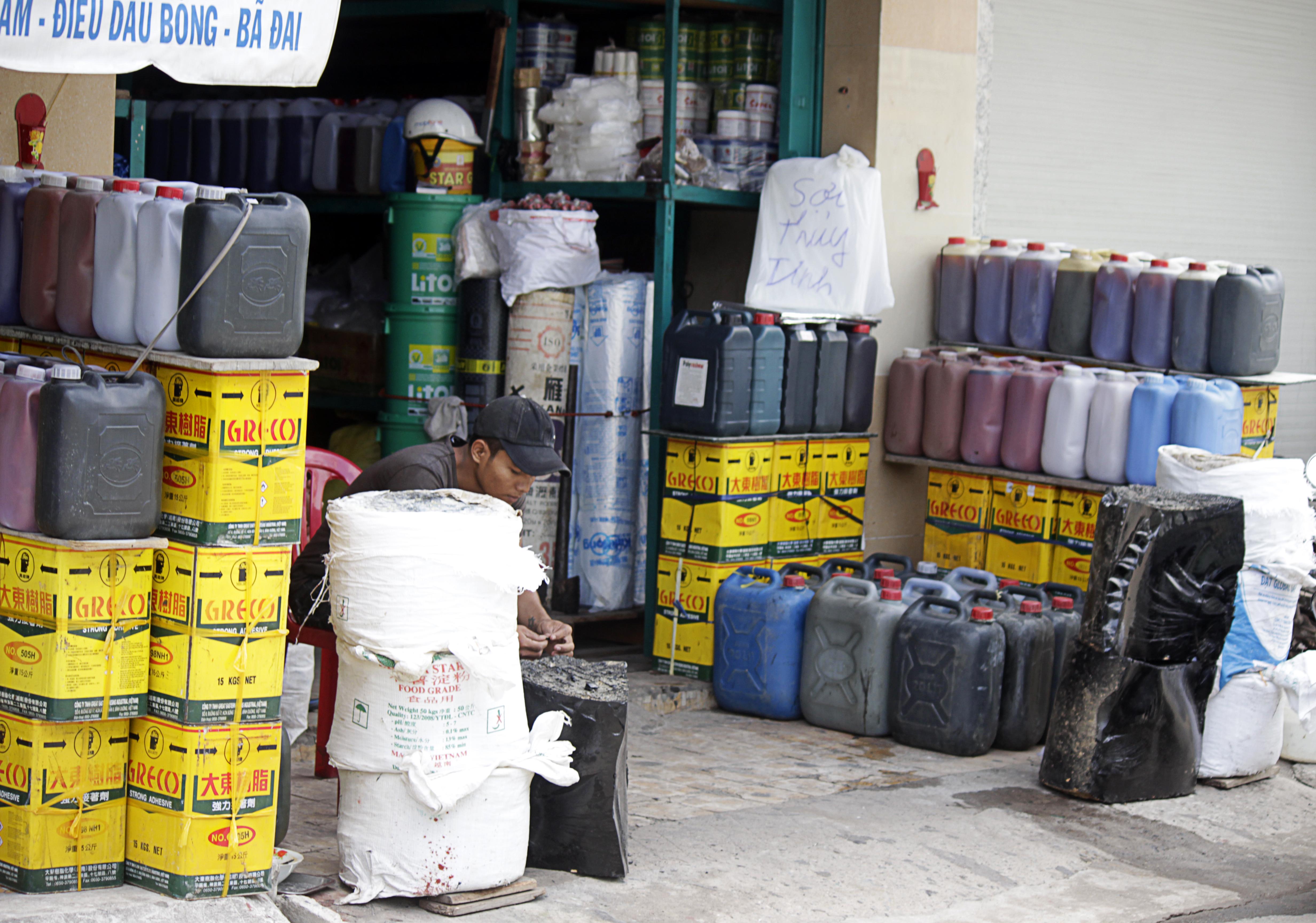 Những cửa hàng bày bán các loại hóa chất công nghiệp, phụ gia thực phẩm nằm san sát trong khu vực chợ Kim Biên. Khách hàng chỉ cần tới mua hàng mà không cần chứng minh mục đích sử dụng.