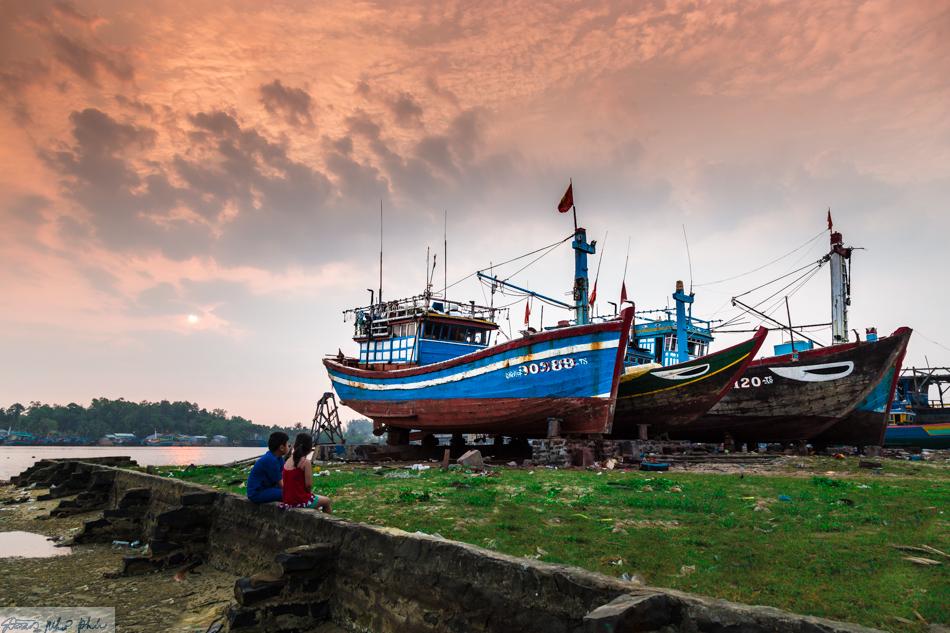 Những con thuyền được sửa chữa dọc bờ sông sau nhiều chuyến vươn khơi