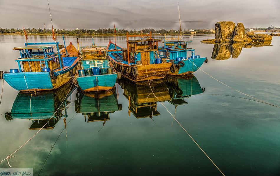 Ghe thuyền soi bóng trên sông Trà Bồng