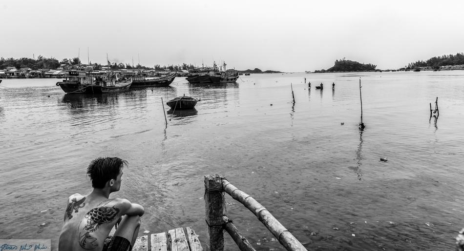 Một người đàn ông ngồi ngắm sông. Lưng anh có hình xăm con cá. Con cá, con tôm, con mực...đã nuôi sống, đã chắp cánh cho bao ước mơ của ngư dân sống dọc con sông này. Vì vậy, dù bôn ba nơi đâu những người con nơi đây luôn nhớ con sông quê hương