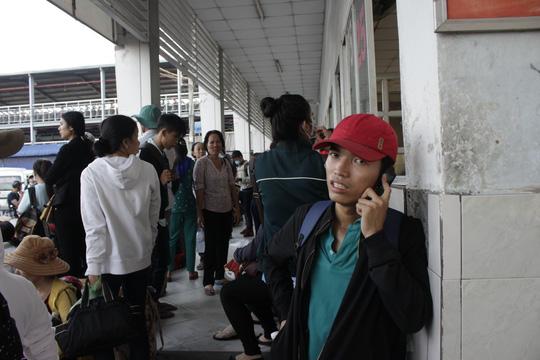 Anh Nguyễn Văn Hùng lo lắng gọi điện về cho gia đình vì vẫn chưa lên được xe. Anh Hùng đã đặt vé từ hôm qua nhưng hôm nay vẫn phải chờ đợi hàng giờ mới lấy được vé xe.