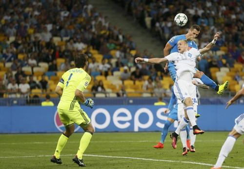 Milik bật cao ghi bàn cho Napoli trước Dynamo Kiev