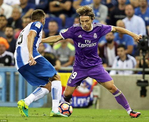 Luka Modric tranh chấp bóng cùng Lopez