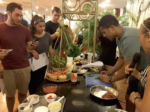 Các bạn sinh viên Mỹ đang thực tập làm món bò lá lốt tại TP HCM