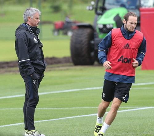 Daley Blind tập luyện trước sự giám sát của Mourinho