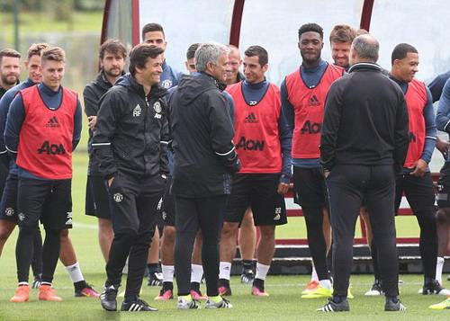 Mourinho và các trợ lý được cầu thủ Man United chào đón