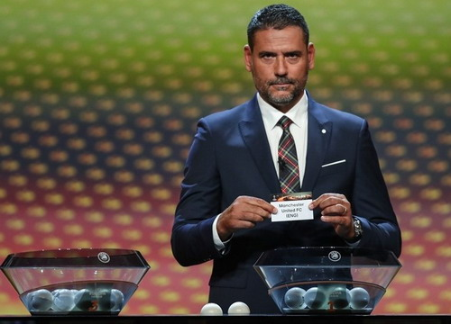 Cựu thủ môn Andre Palop và lá thăm số 1 có tên M.U