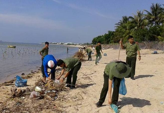 Khu vực rừng ngập mặn ở thôn Mỹ Hòa, xã Vĩnh Hải thuộc phạm vi của Vườn Quốc gia núi Chúa thường bị dân địa phương xâm hại để bắt trùn biển.