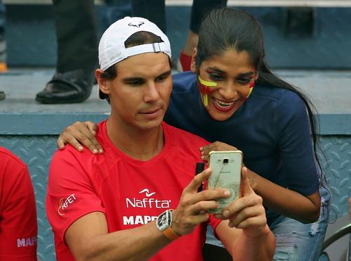Nadal chụp ảnh với một CĐV sau chiến thắng trước Ấn Độ