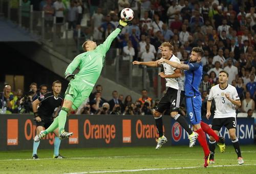 Thủ thành Neuer vất vả cả trận nhưng không cứu nổi đội nhà tránh khỏi thất bại