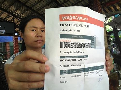 Chị Đặng Thị Đông mất 23,5 triệu đồng vì mua phải 5 vé máy bay giả