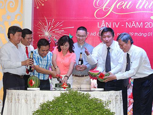 Lãnh đạo, Công đoàn và CNVC-LĐ Tổng Công ty Du lịch Sài Gòn cùng cắt bánh chưng, dưa hấu. ẢNH: THANH NGA
