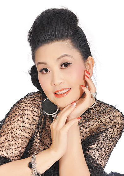 """Kiều Oanh tái ngộ khán giả truyền hình qua vai trò thành viên """"Hội đồng tám"""" của """"Hoán đổi"""" 2 (Ảnh do chương trình cung cấp)"""
