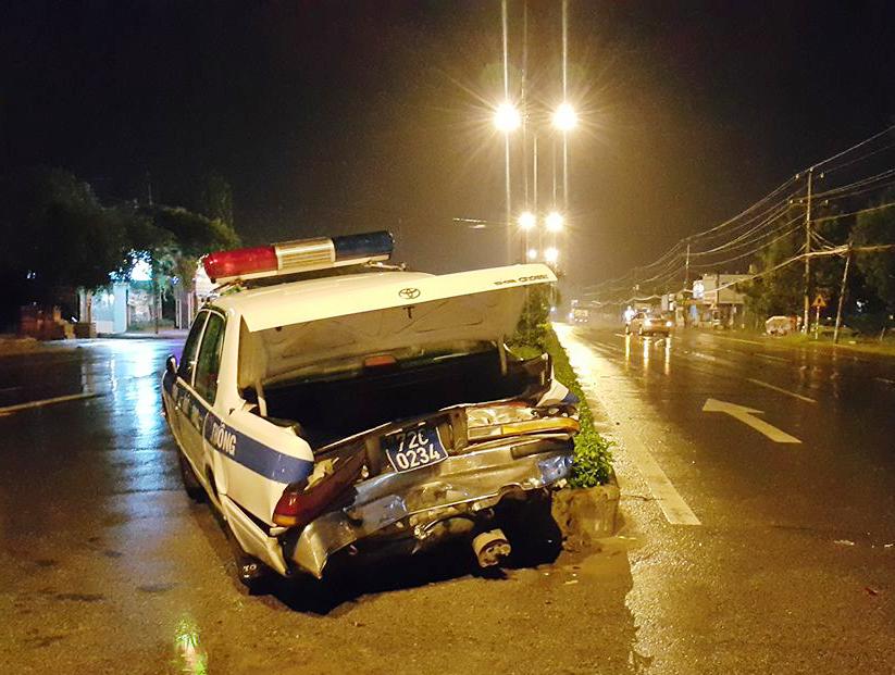 Cú tông mạnh khiến xe CSGT lao lên dải phân cách. Ảnh: CTV