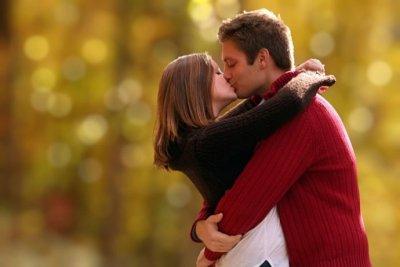 Nếu buộc phải kiêng quan hệ tình dục, hãy duy trì sự kết nối bằng các động tác thân mật như hôn để giảm bớt sự bất an trong mối quan hệ
