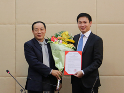 Ông Nguyễn Xuân Ảnh (phải) nhận quyết định bổ nhiệm làm Phó Tổng cục trưởng Tổng cục Đường bộ Việt Nam - Ảnh: Bộ GTVT