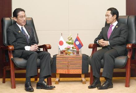 Ngoại trưởng Nhật Bản Fumio Kishida (trái) giải thích lập trường của Tokyo về biển Đông tại cuộc gặp người đồng cấp Lào Saleumxay Kommasith hôm 24-7. Ảnh: Kyodo