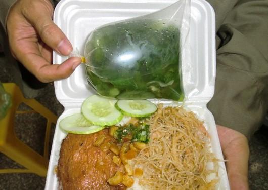 Túi nilon được tận dụng đựng thức ăn khi vẫn còn nóng.