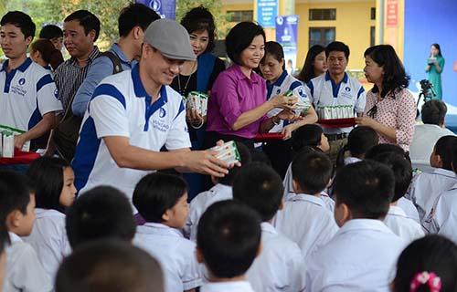 Tặng sữa cho trẻ em Ninh Bình