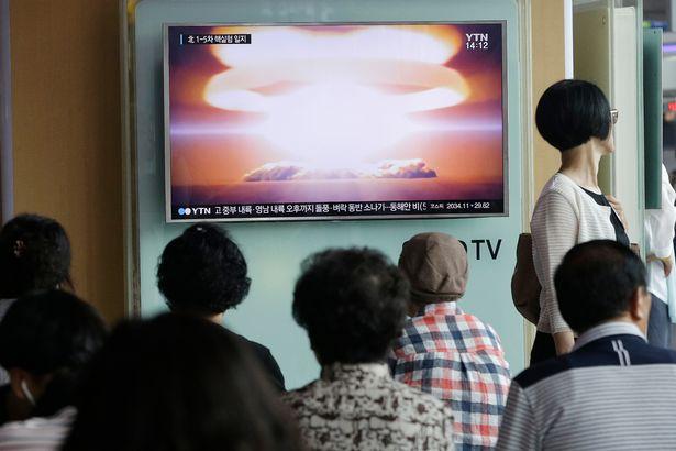 Người dân Hàn Quốc xem tin tức về vụ thử hạt nhân mới đây của Triều Tiên. Ảnh: REUTERS
