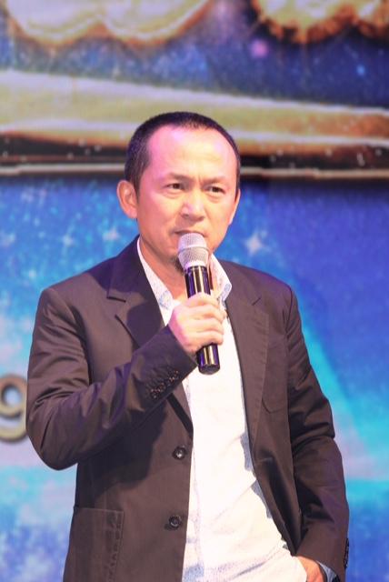 Nhạc sĩ Quốc Trung trong sự kiện Đêm sao tri ân của Vietnam Airlines