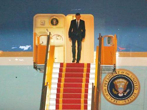 Tổng thống Barack Obama xuất hiện trên cửa chiếc Air Force One sau khi hạ cánh xuống sân bay quốc tế Nội Bài lúc 21 giờ 30 - Ảnh: Nguyễn Hưởng