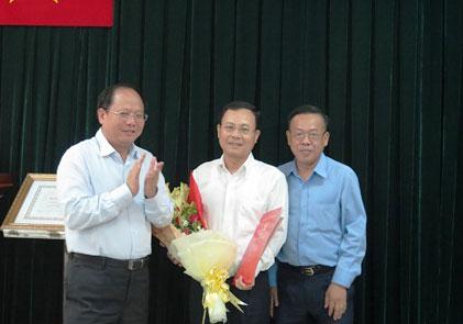 Ông Tất Thành Cang trao quyết định bổ nhiệm cho ông Nguyễn Văn Hiếu, Bí thư Quận ủy quận 2, giữ chức Chủ nhiệm Ủy ban kiểm tra Thành ủy TP HCM