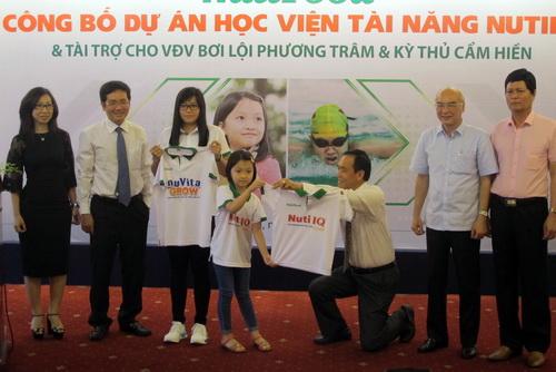 Kỳ thủ 9 tuổi Cẩm Hiền tại lễ công bố tài trợ