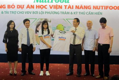 Lãnh đạo NutiFood trao quyền đại diện hình ảnh sản phẩm cho kình ngư Phương Trâm