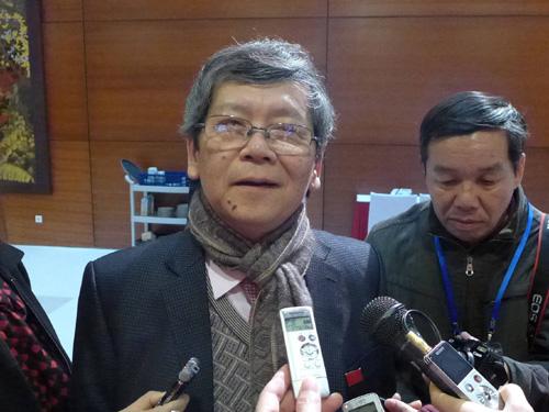 Ông Vũ Ngọc Hoàng trả lời báo chí bên hành lang Đại hội XII - Ảnh: Bào Trân