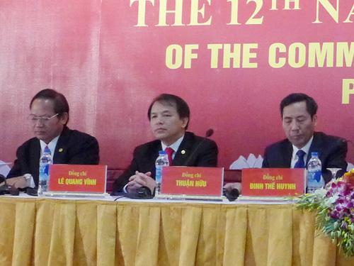 Ông Lê Quang Vĩnh - giữa - tại cuộc họp báo về Đại hội XII