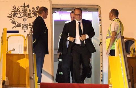 Tổng thống Pháp nhanh nhẹn xuống máy bay