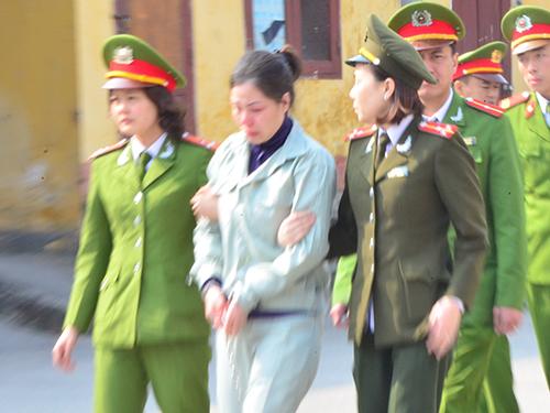 """Tử tù Nguyễn Thị Huệ bị dẫn giải về trại giam sau phiên xử sơ thẩm về tội """"Mua bán trái phép chất ma túy"""" Ảnh: TRỌNG ĐỨC"""