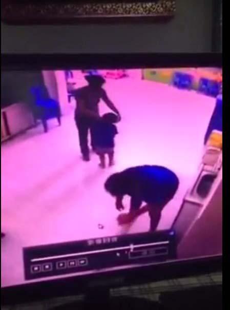 Cô giáo Trường Mầm non Tư thục Khai Minh (quận 11, TP HCM) đánh trẻ (ảnh từ clip)