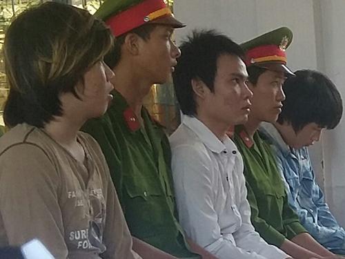 Ba bị cáo Lê Minh Nhựt, Nguyễn Hoàng Khang và Nguyễn Vũ Ca tại phiên tòa ngày 7-3Ảnh: THANH SANG