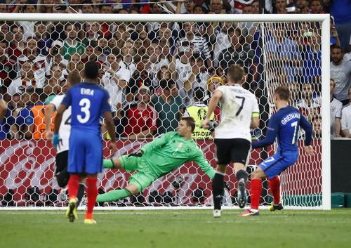 Griezmann đánh bại vua bắt phạt đền Neuer, mở tỉ số
