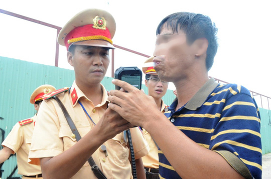 Chiến sĩ Đội CSGT số 7 kiểm tra nồng độ cồn 1 người điều khiển phương tiện tham gia giao thông