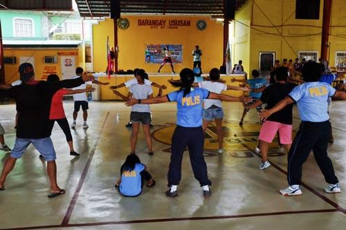 Một lớp học nhảy Zumba dành cho người nghiện đầu hàng ở huyện Ususan, thủ đô Manila Ảnh: New York Times