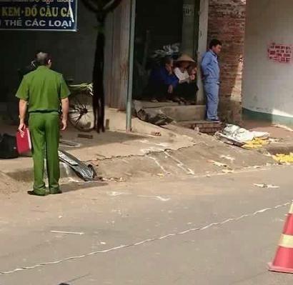 Lực lượng chức năng khám nghiệm, điều tra tại hiện trường vụ tai nạn giao thông làm 1 người tử vong, 1 người bị thương - Ảnh: Facebook