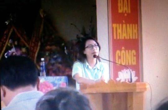 Hình ảnh được cho là phóng viên của VTV xin lỗi người dân xã Vĩnh Thành, huyện Vĩnh Lộc - Thanh Hóa ngày 10-5. Ảnh cắt từ clip