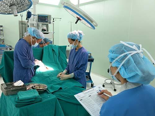 Trước phẫu thuật, kíp mổ tại Vinmec phải thông qua bảng kiểm phòng mổ nhằm phòng tránh tối đa sai sót trong phẫu thuật, bảo đảm an toàn cho người bệnh