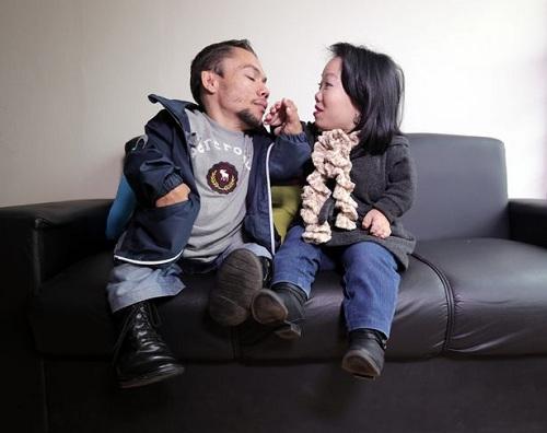 Cặp đôi có tổng chiều cao chưa đầy 1,8 mét đã bên nhau 8 năm và sắp kết hôn. Ảnh: Mirror