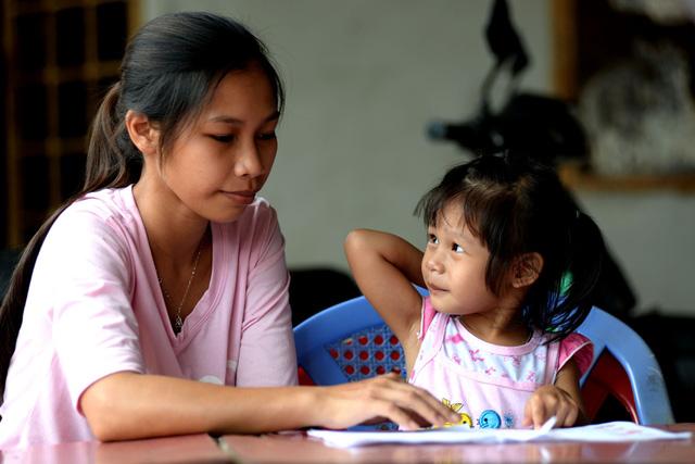 Ba năm sau sự cố bệnh viện trao nhầm con ở Bình Phước xảy ra giữa gia đình chị Nguyễn Thu Trang (26 tuổi, ngụ TX Bình Long) và chị Thị Liên (24 tuổi, dân tộc S'tieng, ngụ huyện Hớn Quản), hai bé gái Lan Anh và Ngọc Yến đã được trở về với bố mẹ ruột. Trong ảnh là chị Trang và bé Lan Anh trong những ngày đoàn tụ đầu tiên