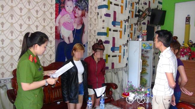 Cơ quan Công an lập biên bản giải cứu 2 em Thoa và Ý tại cơ sở massage, karaoke Diệu Hiền