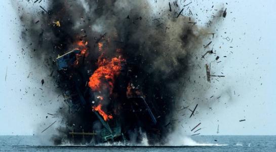 Thay vì dùng thuốc nổ đánh chìm tàu cá như trước đây, lần này Indonesia sẽ dùng cách đục thủng tàu cho nước tràn vào. Ảnh: EPA